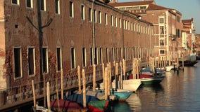 Шлюпки строки в канале Венеции Стоковое фото RF