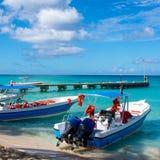 Шлюпки с двигателем в ясном океане на предпосылке пальм и красивых облаков Стоковые Фото