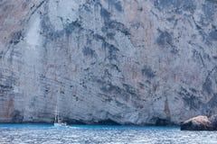 Шлюпки с туристами на голубых пещерах острова Закинфа, Gree Стоковое Изображение RF