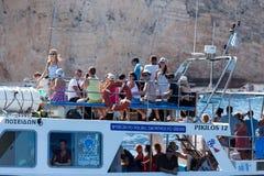 Шлюпки с туристами на голубых пещерах острова Закинфа, Gree Стоковая Фотография