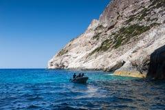 Шлюпки с туристами на голубых пещерах острова Закинфа, Gree Стоковые Изображения
