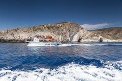 Шлюпки с туристами на голубых пещерах острова Закинфа, Gree Стоковое фото RF