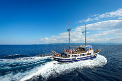 Шлюпки с туристами на пути к Skiathos Стоковая Фотография RF