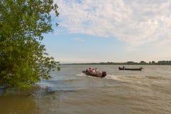 Шлюпки с людьми на реке Стоковое Изображение RF