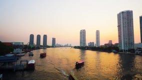 Шлюпки управляя в береге реки на заходе солнца, Бангкоке Таиланде (промежуток времени) видеоматериал
