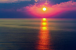 шлюпки удя небо чайки моря витают восход солнца Стоковые Изображения
