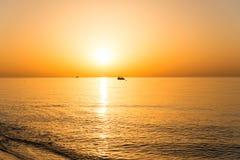 шлюпки удя небо чайки моря витают восход солнца Стоковое Изображение