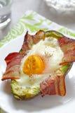 Шлюпки яичка авокадоа с беконом Стоковая Фотография