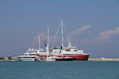 Шлюпки, яхта и паром отклонения в гавани Стоковое Изображение