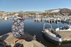 Шлюпки Fishermans на Северном океане в морском пехотинце Ilulissat, Гренландии Май 2016 Стоковая Фотография RF