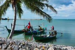 Шлюпки Fishermens в заливе острова Samui, Таиланда Стоковое фото RF