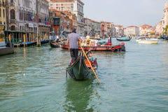 Шлюпки Gondoliers и гондолы в Венеции, Италии Стоковые Фото