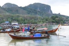 Шлюпки Longtail на главной гавани Mook Koh Таиланд Стоковая Фотография RF