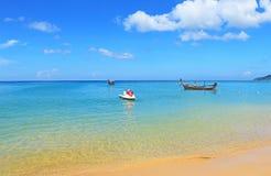 Шлюпки Longtail с пляжа Пхукета Таиланда karon Стоковые Изображения RF