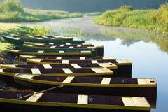 10 шлюпок поставленных на якорь на банке пруда Стоковые Фотографии RF