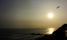 шлюпок fisher lima океана Перу развевать захода солнца мягк Стоковое фото RF