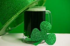 Шляпа лепрекона дня St Patricks с кружкой зеленых пива и shamrock Стоковые Изображения RF