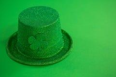 Шляпа лепрекона дня St Patricks с shamrock Стоковые Фото