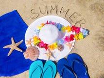 Шляпа женщины белая на песчаном пляже Стоковые Фотографии RF