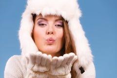 Шляпа женщины нося белая меховая посылая поцелуи воздуха Стоковая Фотография RF