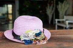 Шляпа женщины с цветками Стоковые Изображения