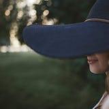 Шляпа женщины Portrayt с широким brim Стоковые Изображения