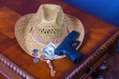 Шляпа, личное огнестрельное оружие и деньги Стоковое Изображение RF