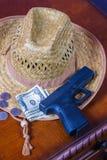 Шляпа, личное огнестрельное оружие и деньги Стоковые Изображения