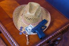 Шляпа, личное огнестрельное оружие и деньги Стоковая Фотография
