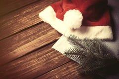 Шляпа и ветвь Santas Стоковые Фото