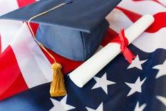 Шляпа и диплом холостяка на американском флаге стоковые фото