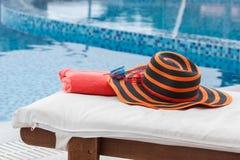 Шляпа и полотенце на sunbed Стоковое Изображение RF