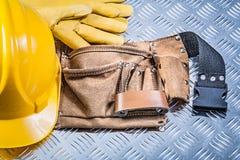 Шляпа кожаных перчаток безопасности пояса здания трудная на калиброванном металле pl Стоковая Фотография