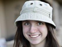 Шляпа милого портрета девочка-подростка нося Стоковое Изображение RF