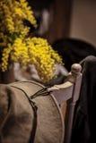 Шляпа на стуле с цветками Стоковое фото RF