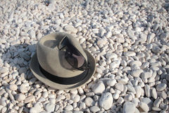 Шляпа на pebbled пляже стоковая фотография rf