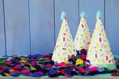 Шляпа партии и красочный confetti на деревянном столе Стоковое Фото