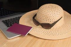 Шляпа, пасспорт, солнечные очки и клавиатура Солнця Стоковая Фотография