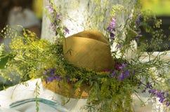 Шляпа под деревом стоковые фотографии rf