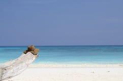 Шляпа пляжа с пляжем с белым песком Стоковые Фотографии RF
