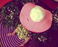 Шляпа, ребенок, цветки Стоковая Фотография