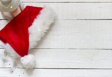 Шляпа Санта Клауса на белых деревянных досках Стоковые Фотографии RF