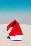 Шляпа Санта Клауса на предпосылке пляжа Стоковое Изображение RF