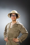 Шляпа сафари человека нося в смешной концепции Стоковые Фото