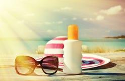 Шляпа, солнечные очки и лосьон солнца Стоковое Изображение