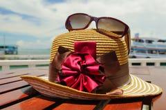 Шляпа & солнечные очки Солнця рядом пляж Стоковое фото RF