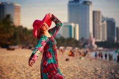 шляпа тонкой девушки внутри длинная и большая на пляже против моря города Стоковое Изображение RF