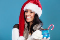 Шляпа хелпера santa девушки зимы держит голубую кружку Стоковые Изображения