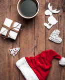 Шляпа чашки кофе и Santas, комплект рождества, подарок и рождественская елка Торжество Стоковая Фотография