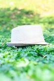 шляпа ‡ ¹ à в траве белизна сторновки путя клиппирования предпосылки изолированная шлемом Стоковое Изображение RF